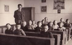 učitel p.Bělský vObecné škole Mešno